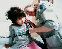 dziecko podczas wzityty u lekarza pediatry